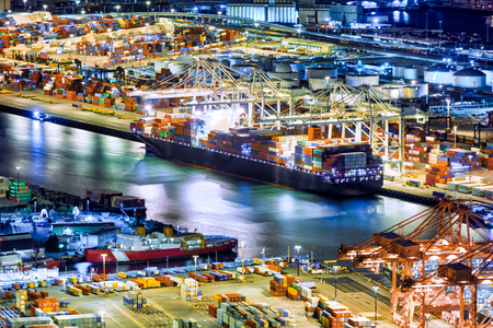 Aerial view of a cargo ship loaded in the Seattle harbor container terminal Banque d'images - 101392125