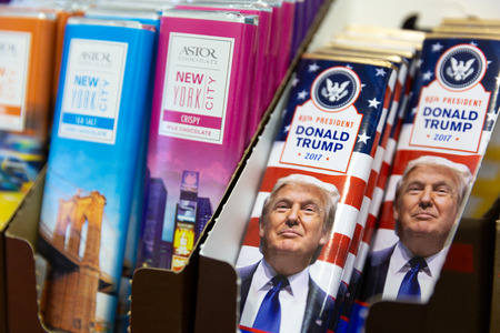 NEW YORK -  MAY 3, 2018: Trump chocolate bars sold in gift shop. Donald J. Trump is the 45th and current president of the United States. Banque d'images - 101392240