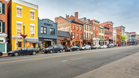 WASHINGTON DC - MAY, 6, 2018: Georgetown shopping district along M Street. M street hosts a large variety of shops from indie to home design, high-end boutiques and national and international retail. Banque d'images - 108349828