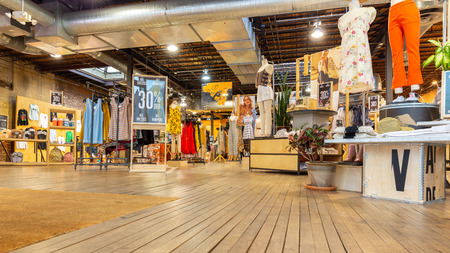 WASHINGTON DC - MAY 6, 2018: Indoor view of an Urban Outfitters shop. Urban Outfitters is an American multinational lifestyle retail corporation headquartered in Philadelphia, Pennsylvania 新聞圖片