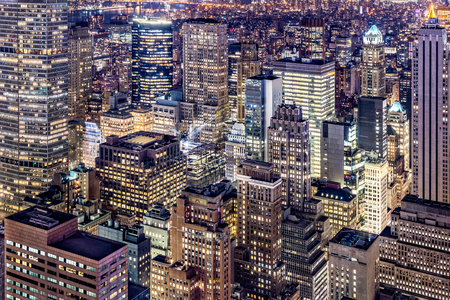 Aerial view of Manhattan skyscrapers by night Banque d'images - 102143995