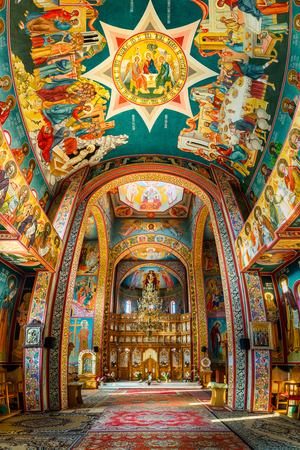 CONSTANTA, ROMANIA - May 24, 2018: Interior of the Church of the Three Hierarchs (vertical panorama). The fresco has been created by painter Ovidiu Napoleon Banque d'images - 108349880