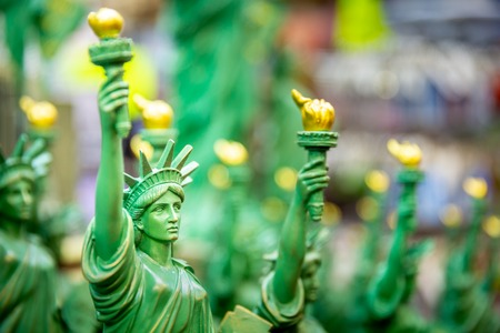 Row with generic Statue of Liberty statues (selective focus) sold as souvenirs in a NYC shop. Banque d'images - 104028867
