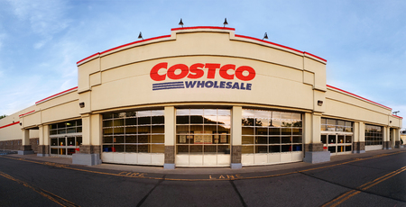 WHARTON, NJ - MAY 20, 2018: Panoramic view of Costco Wholesale store at sunset. Costco Wholesale Corporation, a membership only warehouse club, is the second largest retailer in USA. Banque d'images - 108349899