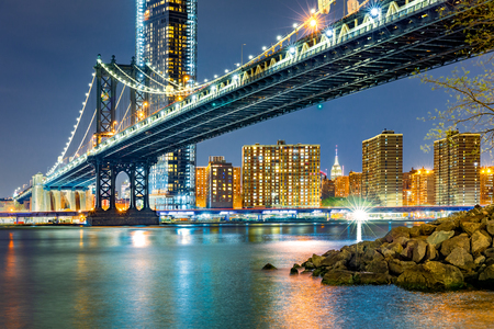 Manhattan Bridge by night, viewed from Brooklyn Bridge park, in New York City Banque d'images - 104620527