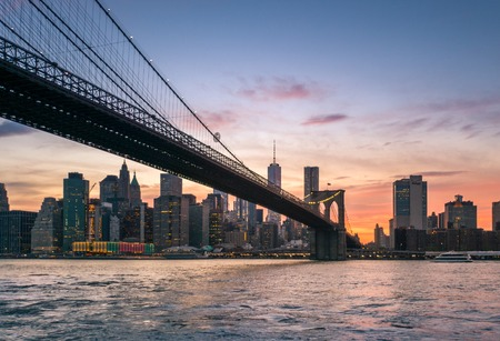 Brooklyn Bridge at dusk viewed from Brooklyn Bridge park, in New York City Banque d'images - 104225955