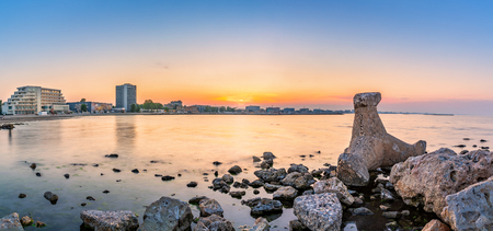 Black Sea shoreline panorama with Mamaia beach resort skyline at sunset, in Romania Banque d'images - 104418779
