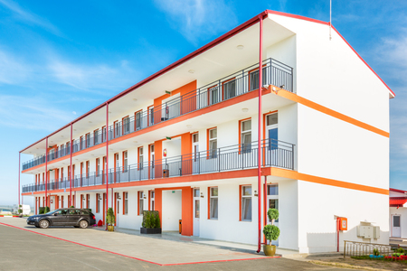 Afordable Hotel in a romanian Black Sea resort on a sunny summer day Banque d'images - 108371824