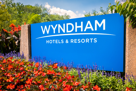 PARSIPPANY, NEW JERSEY - AUGUST 15, 2018: Wyndham Hotels and Resorts headquarters entrance sign. Wyndham Hotels and Resorts is an international hotel and resort chain based in the United States. Banque d'images - 108350044