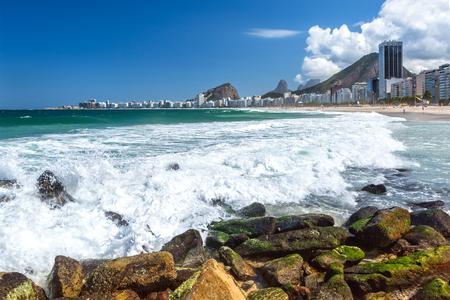 Atlantic ocean waves crash against a rocky shore, on a sunny day, near Mirante Copacabana, Rio de Janeiro Banque d'images - 108372329