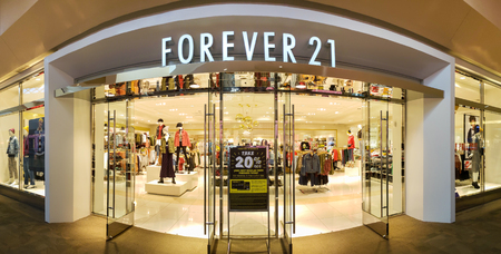 ROCKAWAY, NEW JERSEY - SEPTEMBER 13, 2018: Panoramic view of a Foerver 21 store front. Forever 21 is an American fast fashion retailer known for its trendy offerings and low pricing. Banque d'images - 116110465