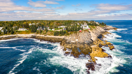 Aerial view of Pemaquid Point Light. The Pemaquid Point Light is a historic US lighthouse located in Bristol, Lincoln County, Maine, at the tip of the Pemaquid Neck. Banque d'images - 109894240