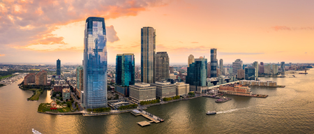 Aerial panorama of Jersey City skyline at sunset. Banque d'images - 109894246