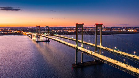 Aerial view of Delaware Memorial Bridge at dusk. The Delaware Memorial Bridge is a set of twin suspension bridges crossing the Delaware River between the states of Delaware and New Jersey Banque d'images - 115066709