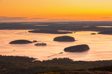 Dawn in Acadia National Park observed from the top of Cadillac mountain. Banque d'images - 115066718