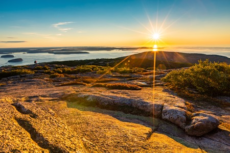 Sunrise in Acadia National Park observed from the top of Cadillac mountain. Banque d'images - 115066722