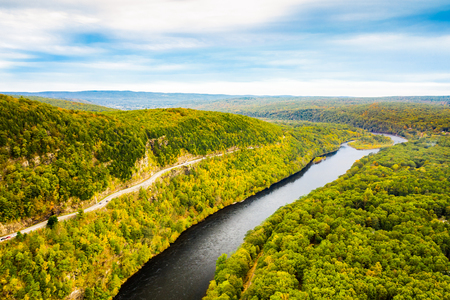 Aerial drone shot of Upper Delaware river and Hawks Nest scenic road, near Port Jervis, New York Banque d'images - 115066739