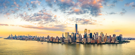 Aerial panorama of New York City skyline at sunset with both midtown and downtown Manhattan Banque d'images - 115066740