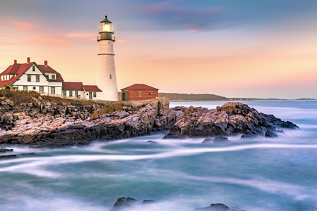 Portland Head light at dusk. The light station sits on a head of land at the entrance of the shipping channel into Portland Harbor. Completed in 1791, it is the oldest lighthouse in Maine Banque d'images - 115066750