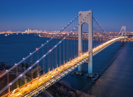 Aerial view of the evening rush hour traffic on Verrazzano Narrows Bridge, as viewed from Staten Island, NY Banque d'images - 115066768