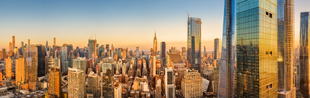 Panorama aérien des toits de New York au-dessus des gratte-ciel du centre-ville de Manhattan Hudson Yards par un après-midi ensoleillé