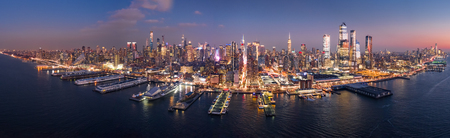 Aerial panorama of the entire Manhattan island at dusk Banque d'images - 115066788