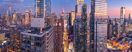Aerial view of New York City skyscrapers at dusk as seen from above the 42nd street canyon Banque d'images - 115066789
