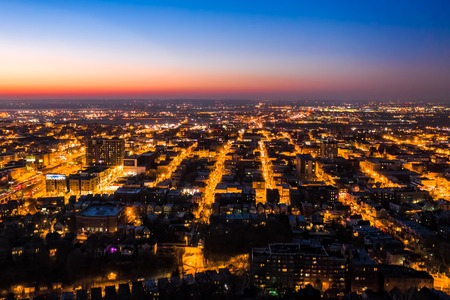 Aerial view of Hoboken, New Jersey at dusk, with illuminated streets converging towards the horizon Banque d'images - 115066797