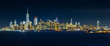 New York City skyline panorama by night, as viewed from Staten Island Banque d'images - 115066802
