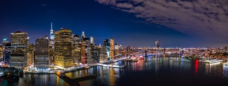 Aerial panorama of the Lower Manhattan and Brooklyn Bridge by night Banque d'images - 115066809