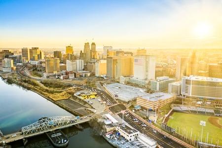Vue aérienne de l'horizon de Newark New Jersey en fin d'après-midi ensoleillé Banque d'images
