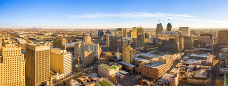 Aerial panorama of Newark New Jersey skyline on late sunny afternoon Banque d'images - 115066829