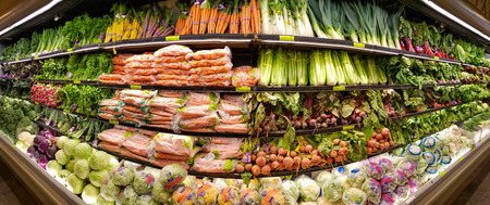 JANUARY 5, 2019 - MADISON, NJ: Panorama of vegetable shelves in the Whole Foods Market. Whole Foods Market is the only USDA Certified Organic grocer in the USA. Banque d'images - 116112503