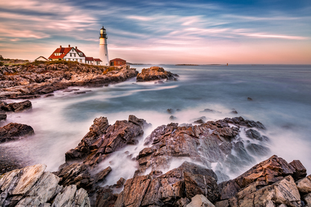 Portland Head light at dusk. The light station sits on a head of land at the entrance of the shipping channel into Portland Harbor. Completed in 1791, it is the oldest lighthouse in Maine Banque d'images - 116139531