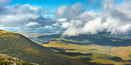The slopes of Mt Adams viewed from Mount Washington road, on a sunny fall afternoon, in New Hampshire. A thick layers of clouds covers the valley above the city of Berlin, NH Banque d'images - 116139534