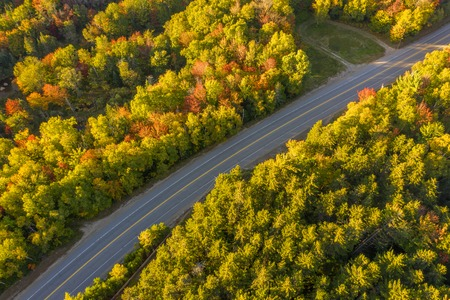 Aerial view of White mountain road (aka NH-16) on a sunny fall afternoon, in New Hampshire. Banque d'images - 116139536