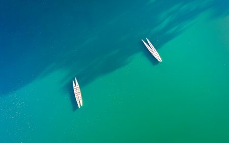 Minimalist scene with a couple of kayaks seen from above on Parsippany lake, NJ. Banque d'images - 120564142