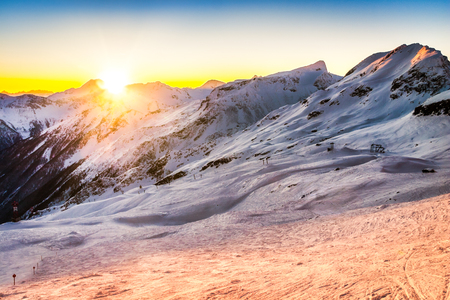 Sunset behind the Austrian Alps peaks viewed from the Mallnitz ski slopes Banque d'images - 120564196