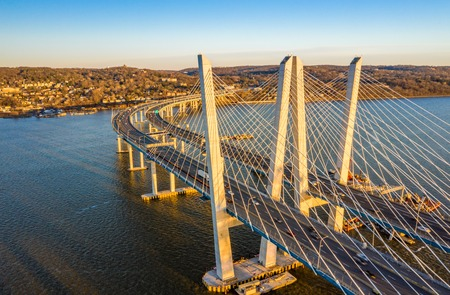 Aerial view of the New Tappan Zee Bridge, spanning Hudson River between Nyack and Tarrytown on late sunny afternoon Standard-Bild