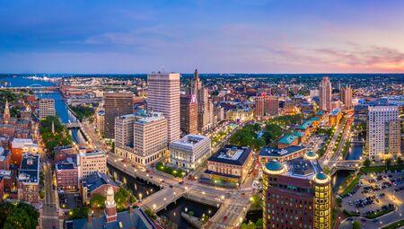 Panorama aérien de l'horizon de Providence au crépuscule. Providence est la capitale de l'État américain de Rhode Island. Fondée en 1636, c'est l'une des plus anciennes villes des États-Unis. Banque d'images