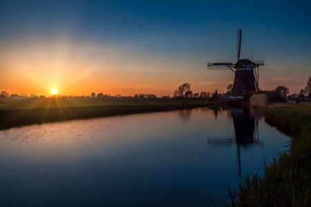 Sunset behind a 17th century windmill at Driemanspolder, near The Hague, The Netherlands. 版權商用圖片
