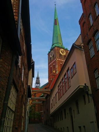 Die bekannte Engelsgrube in Lübeck mit Blick auf die Kirchturmspitze der St  Jakobi