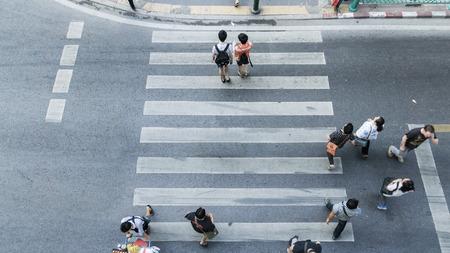 paso peatonal: La gente en todo el paso de peatones en la parte superior vista
