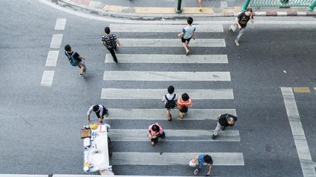 paso de cebra: La gente en todo el paso de peatones en la parte superior vista