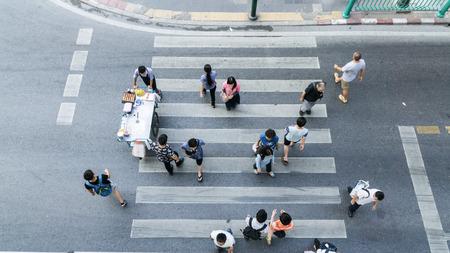 paso de peatones: People across the crosswalk on top view