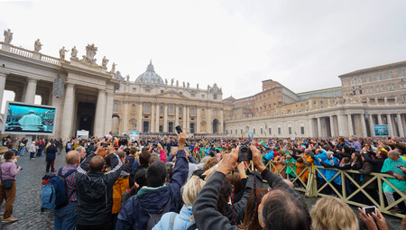 papal audience: VATICAN CITY, VATICAN -2015 OCTOBER 28: Pope Francis holds a General Audience on st. Peters square filled with many pilgrims in Rome, Italy on October 28, 2015. Editorial