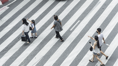 Crowd of people and group of family with child walk on street pedestrian crossroad in the city street ,from top view ,bird eye view. 版權商用圖片 - 117516909