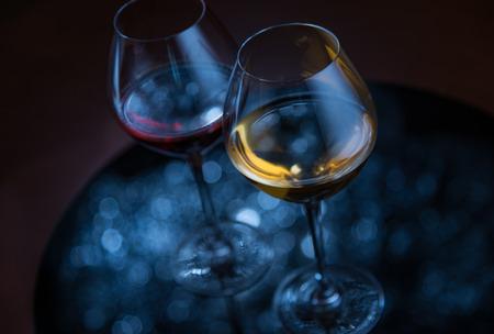 anteojos: Dos glases con el vino, plata desenfocado luces reflexi�n sobre fondo oscuro