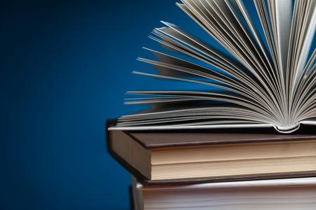 libros abiertos: Pila de libros con uno abierto en la parte superior