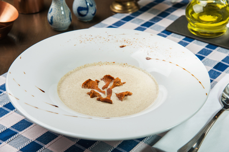 Cream-soup with chanterelle mushrooms Imagens